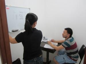 語学学校の英語の授業風景写真