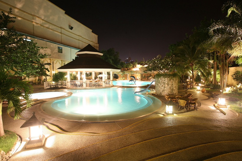 water-fron-hotel-pool