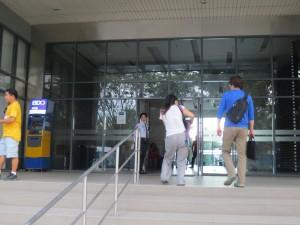 3.キャンパスビル入り口
